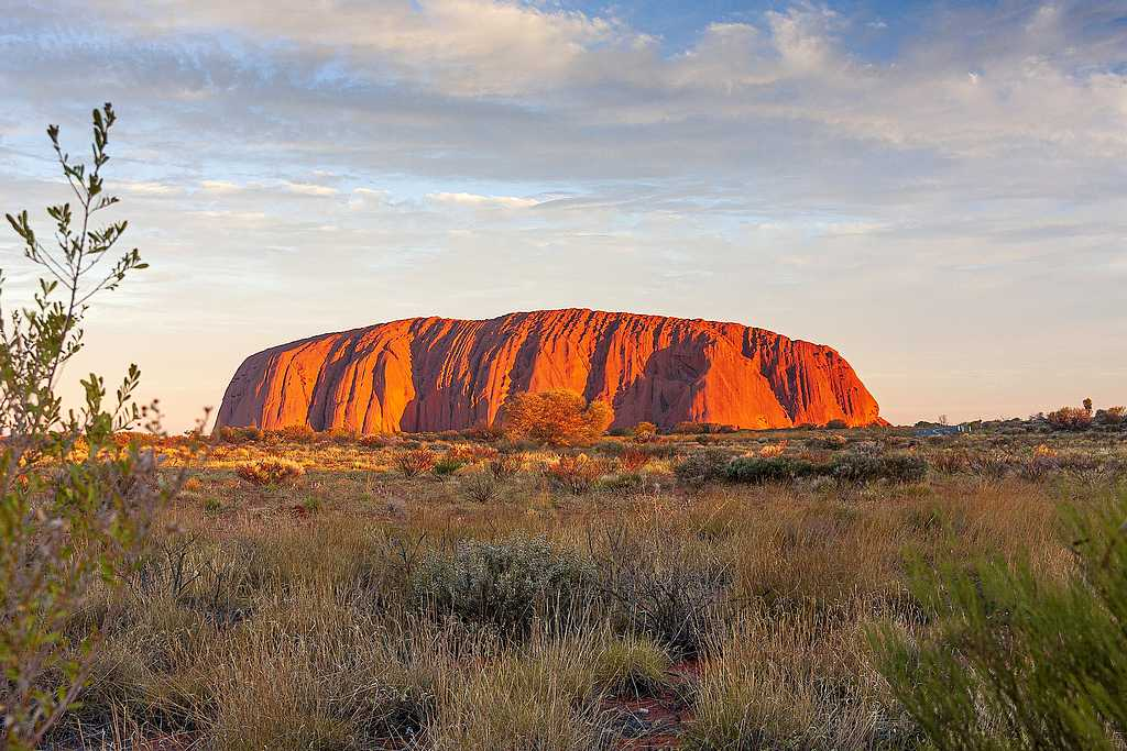 """Der Uluru im Herzen des """"Red centre"""". Die nächste größere Stadt ist Alice Springs in 450 km Entfernung. (Foto: NeilMorrell/pixabay.com)"""