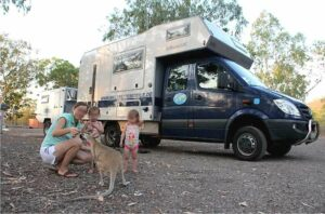 Wallabys sind die kleinen Verwandten der Kängurus und haben in der Nähe von Campingplätzen oft die Scheu vor dem Menschen verloren. (Foto: Abert/abenteuerosten.de)