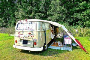 Das erste Caravaning-Fahrzeug für eine ganze Generation: Der Bulli. Da muss man schon beim Packen viel Routine haben. (Foto: MemoryCatcher/pixabay.com)