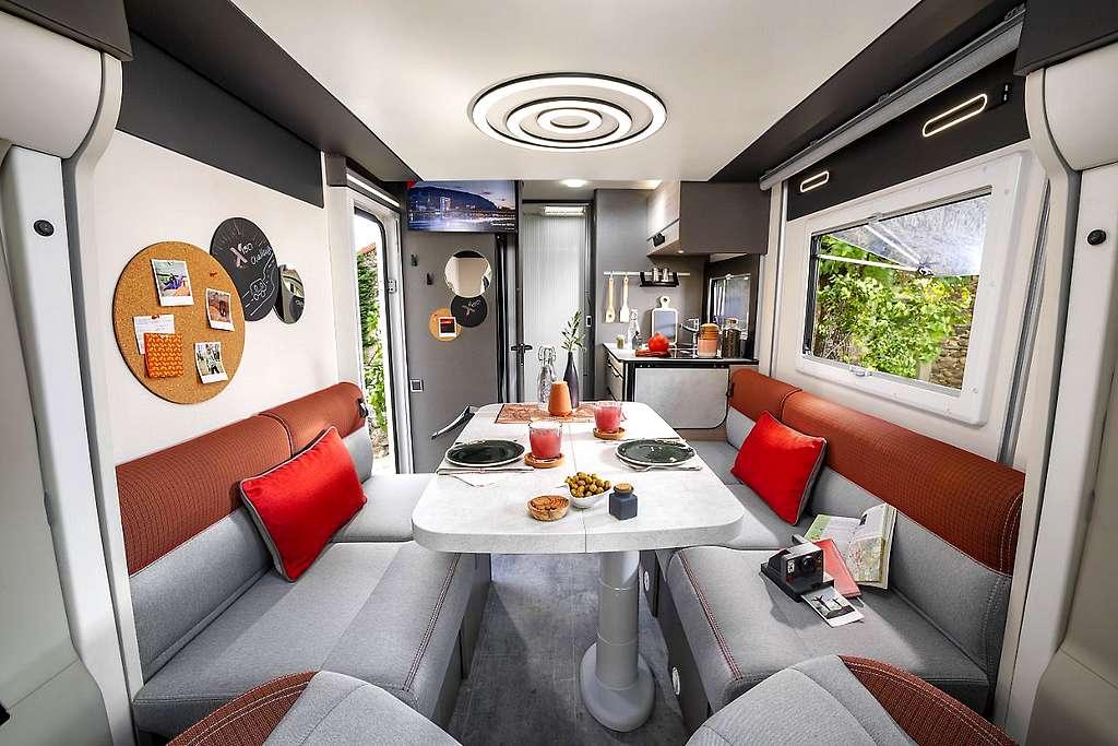 Sieht geräumig und gemütlich aus. Der multidimensional schwenkbare Tisch hilft sicher beim gechillten Reisevergnügen. (Foto: Challenger)