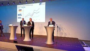 Hermann Pfaff (re.; Präsident CIVD) präsentiert beeindruckende Zahlen auf dem diesjährigen Caravan Salon 2020. (Foto: tom/dkf)