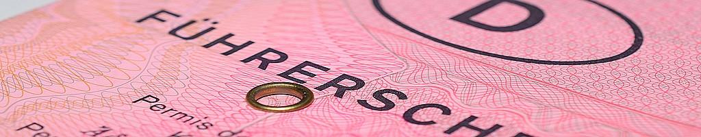 Ob grau, rosa oder Scheckkarte: zum Fahren eines Womos oder Wowas benötigt man den Führerschein. (Foto: Mondisso/pixabay.com)