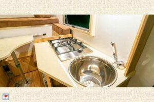 Kompromiss: Ein einflammiger Gasherd und das kleine Spülbecken lassen wenig Raum für ausschweifende Kochabende. (Foto: Schwab/madeinrussia.de)