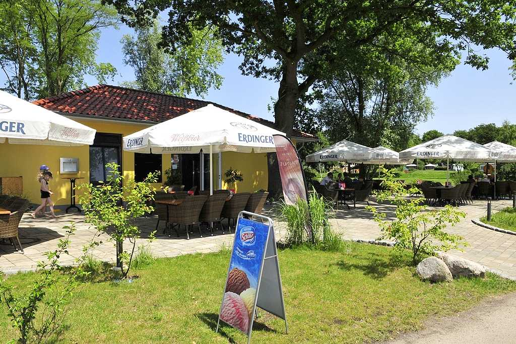 Der Camping&Freizeitpark Falkensteinsee bietet eine gemütliche Außengastronomie. Tagsüber gibt es einen Snack-Imbiss und abends lädt das Restaurant SeeHuus zum Verweilen ein. (Foto: Camping Falkensteinsee)