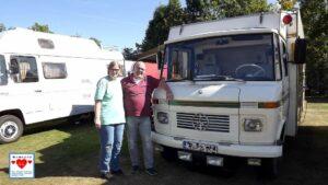 Petra und Jochen Schwarm vor ihrem Fahrzeug. Das Treffen hat gut geklappt. (Foto: tom/dkf)