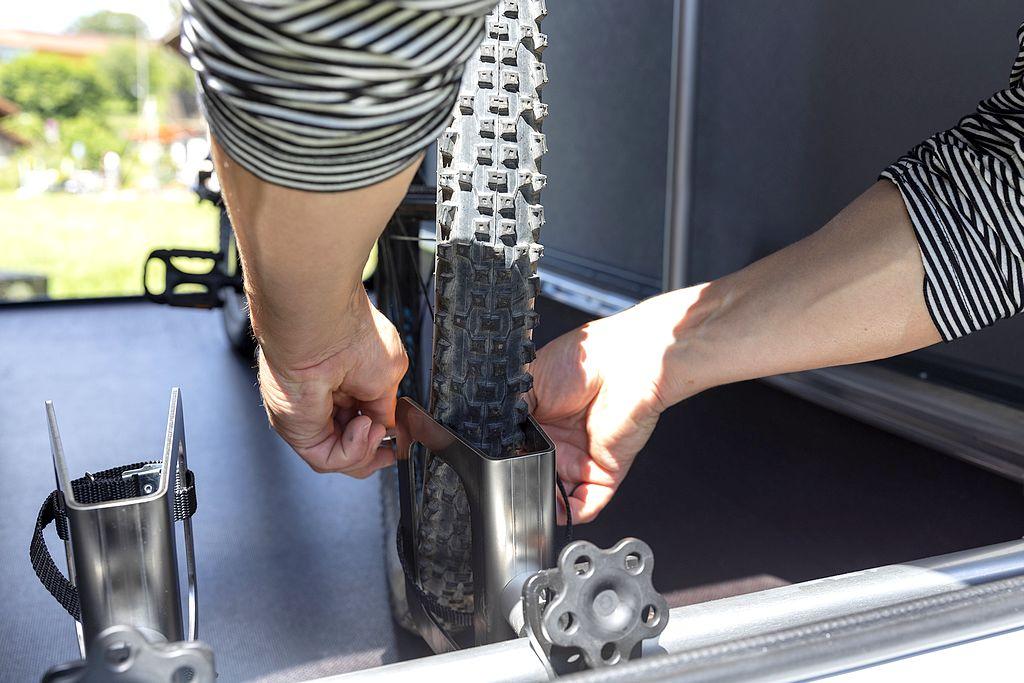 So wird das Rad mit wenigen Handgriffen sicher fixiert im Bike Carrier. (Foto: Dethleffs)
