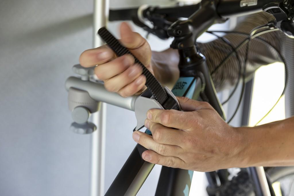 Gut fixiert gehen die Fahrräder mit auf die Reise. Der Bike Carrier von Dethleffs ist eine Lösung für Heckgaragen. (Foto: Dethleffs)