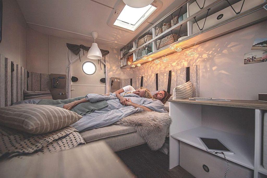 """Genug Platz für zwei Erwachsene und ein Kind ist vorhanden. Der größte Caravan der """"beachy""""-Reihe misst knapp 6 Meter. (Foto: Hobby)"""
