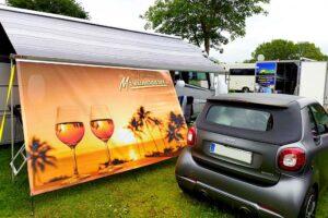 Die Besucher konnten auf der Händlermeile Produkte rund ums Caravaning begutachten. Hier die Fa. Markisenbanner.de (Foto: tom/dkf)
