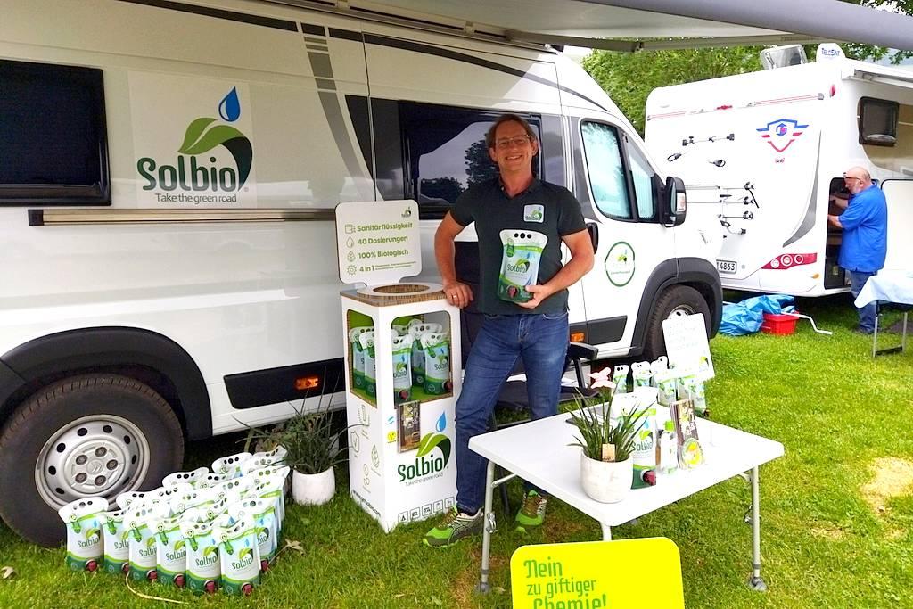 Frank Heidtmann von Solbio bietet eine 100 % biologisch produzierte Sanitärflüssigkeit an. (Foto: tom/dkf)