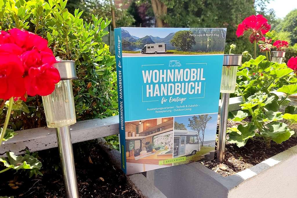 Für Neueinsteiger und Caravaning-Fans geeignet. Das neue Wohnmobil Handbuch aus dem Verlag Bruckmann. (Foto: tom/dkf)