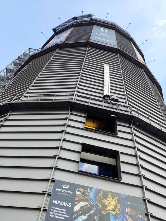 Der Gaskessel überragt das Stadtbild in Wuppertal und bietet eine tolle Rundumsicht vom Skywalk auf dem Dach. (Foto: tom/dkf)