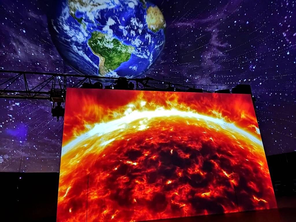 """Unsere Erde ist voller """"Humans"""". Die riesige Leinwand präsentiert starke Eindrücke. (Foto: tom/dkf)"""