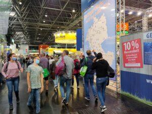 Reges Treiben auf dem Caravan Salon! Das Publikum nimmt die Leitmesse Caravaning voll an. (Foto: tom/dkf)