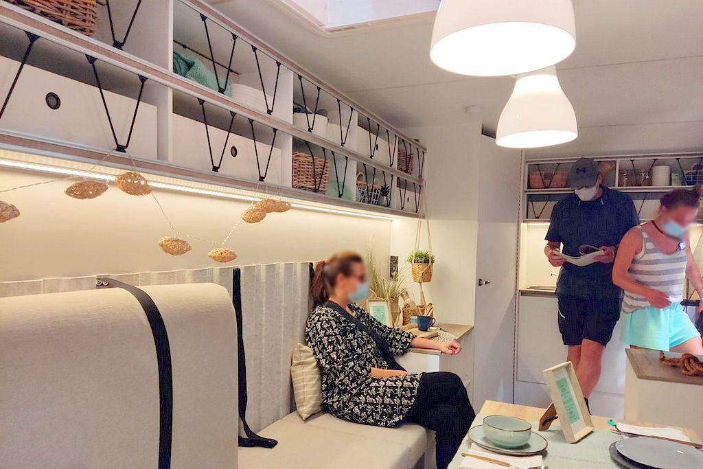 Der Innenraum des Beachy Van 540: Hell und durch die Face-to-face-Bank geräumig im Camper-Alltag. (Foto: tom/dkf)