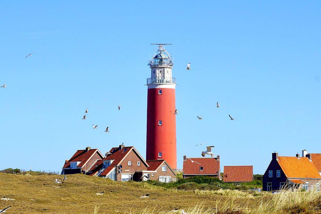 Historischer Leuchtturm am Meer, mit Wendeltreppe aus Stahl und malerischer Aussicht von der Spitze. (Foto: suju-foto; pixabay.com)